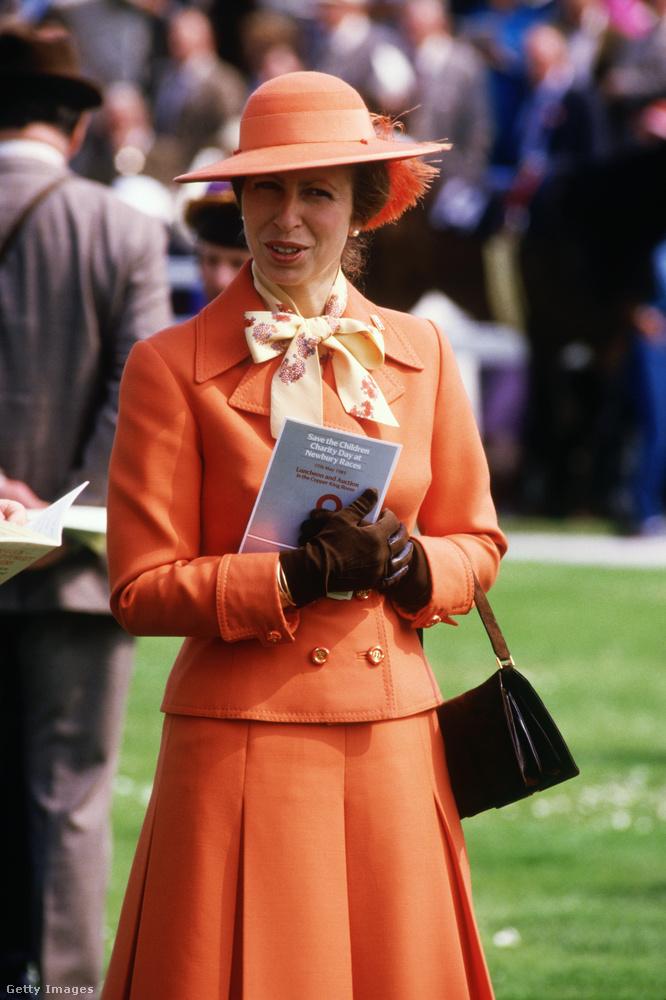Narancs kosztüm az 1985-ös Save the Children Fund Charity Day-en Berkshireben.