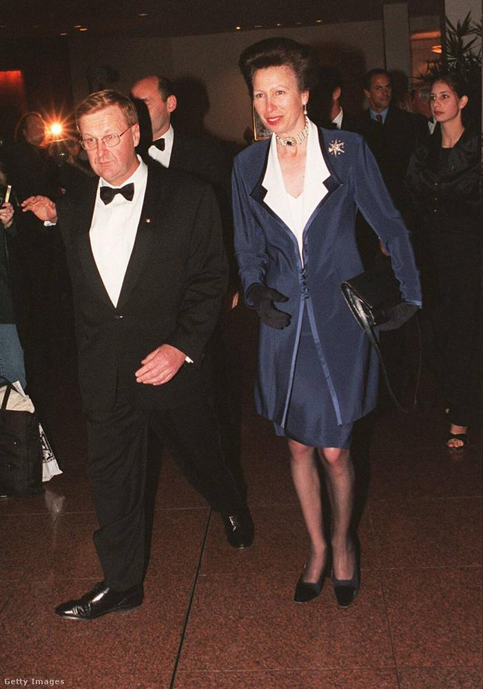 Fehér blúz és sötétkék kosztüm 2000 júliusában Sydneyben.