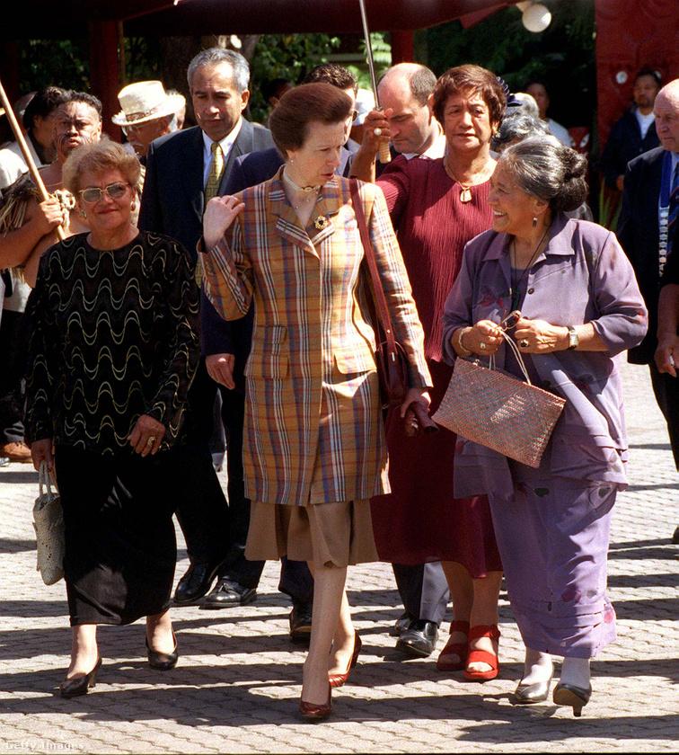 Kockás kosztümben sétált a maori királynővel Wellingtonban.