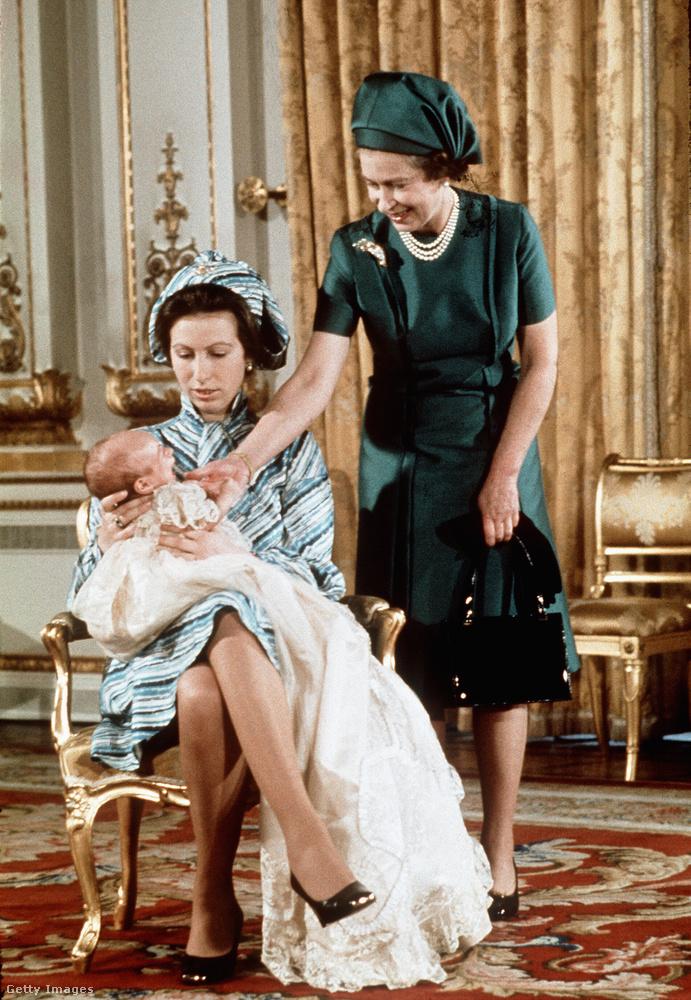 1977-ben született meg első közös gyerekük, Peter Phillips, aki húgához, Zarához hasonlóan nem visel semmilyen nemesi címet, mivel apjuknak hiába ajánlottak fel, ő nem fogadta el azt