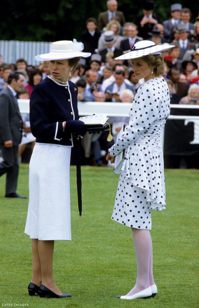 Anna hercegnő és a Victor Edelstein féle pöttyös ruhát viselő Diana hercegnő az 1986-os epsomi derbin