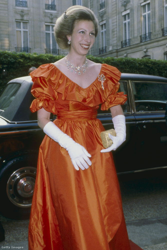 Puffos ujjú narancssárga estélyi 1980-ban.