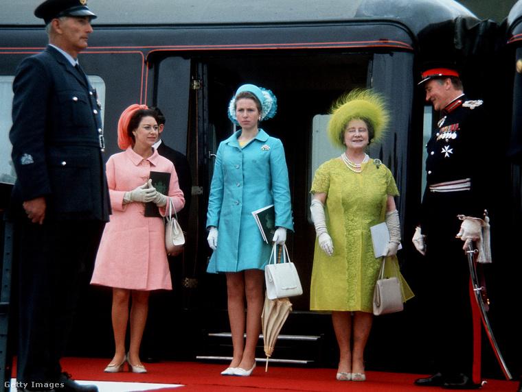 Kék kabátruhában kísérte el anyját és Margit brit királyi hercegnőt Caernarvon Wales-be 1969-ben.
