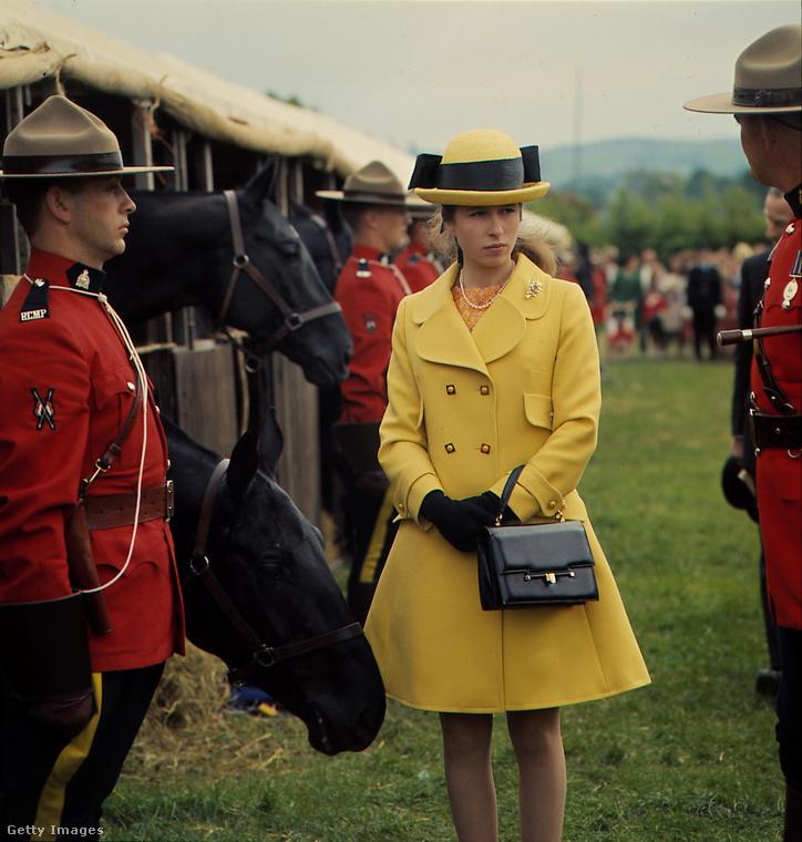 Ez az 1968-ban viselt duplagombos sárga kabát mondjuk a mai napig nem ment ki a divatból.
