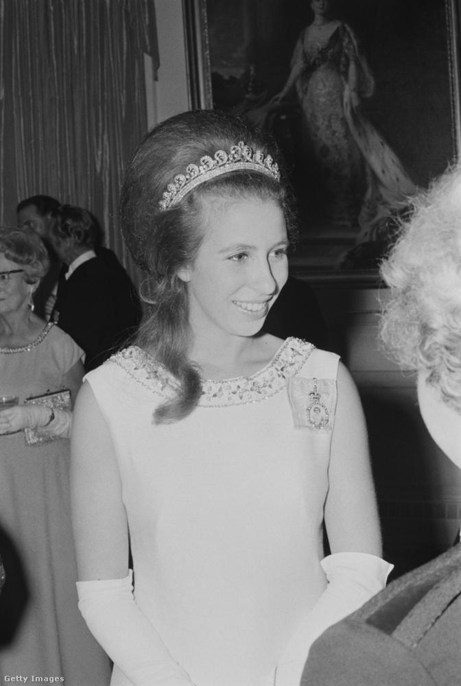 Természetesen Anna hercegnő is hozzáfér a nagy becsben tartott királyi tiarákhoz.