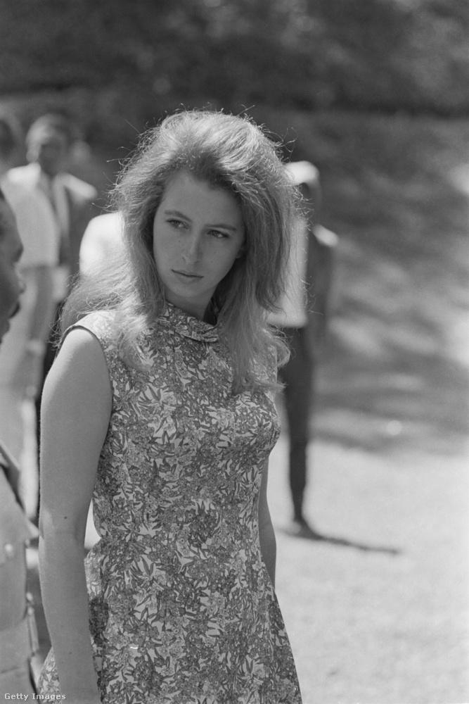 Egy lázadóbb, hippi stílusú ruha 1971-ben Afrikában.