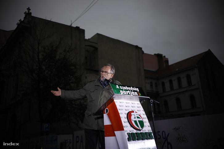Murányi Levente 1956-os szabadságharcos beszédet mond a Jobbik ünnepi rendezvényén a Magyar Rádió Bródy Sándor utcai volt székháza előtt