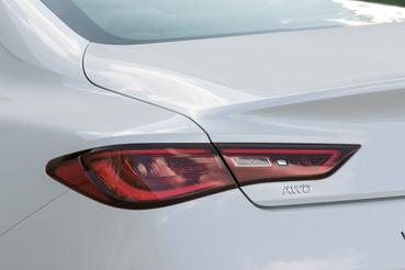 Ha valaminek jót tesz a Nissanon érződő francia hatás, a Renault befolyás, akkor az a formaterv. Ez a fenék például a Renault Laguna Coupéra hajaz