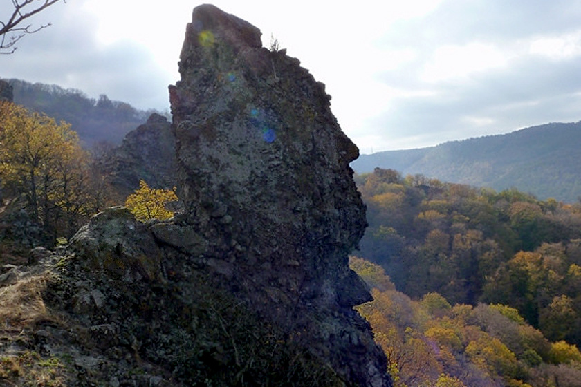 A Pilisben, Prédikálószék gerincén, Pilisszentlászló közelében magasodnak a Vadálló-kövek vulkanikus, andezitkúpjai, melyek közt megfelelő szögből emberi arcélt láthatsz.