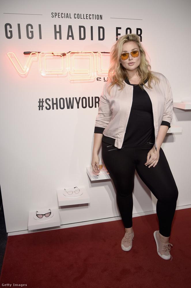 A fehérnemű és fürdőruha plus-size modell, Hunter McGrady egy kis púderrózsaszínnel törte meg a fekete szettet New Yorkban, de nagyon menő a sárga lencsés napszemüvege is.