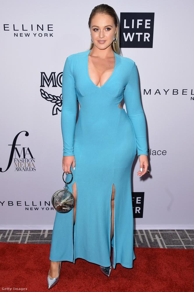 A 27 éves plus-size modell, Iskra Lawrence kétoldalt felsliccelt, alakot kiemelő kék egyrészest választott ugyanarra az alkalomra
