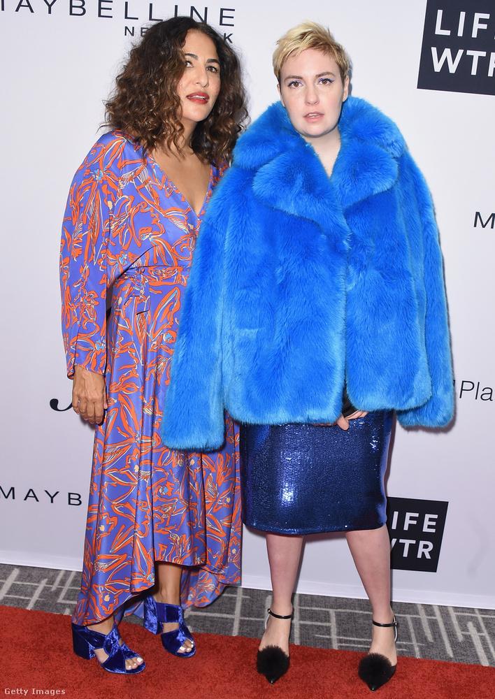 A Csajok című sorozat sztárja, Lena Dunham kék bundában, míg Jenni Konner rendező dekoltált mintás ruhában jelent meg az idei Daily Front Row's Fashion Media Awardson New Yorkban.