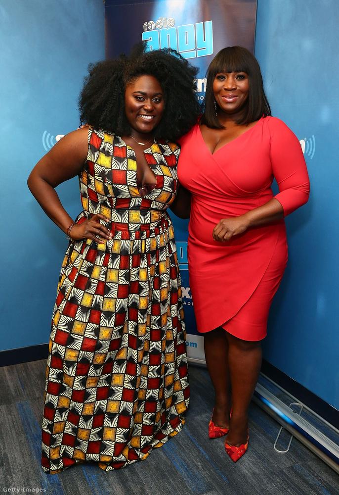 Földig érő mintás ruha Danielle Brookson és átlapolós piros ruha Bevy Smithen New Yorkban.
