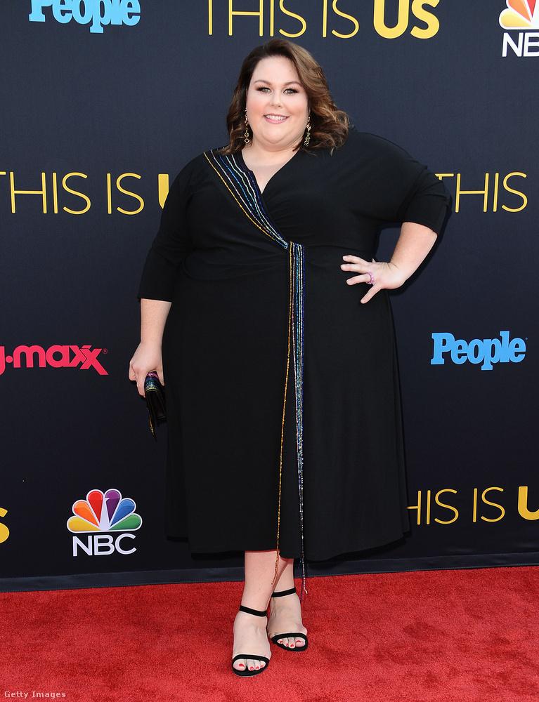 Átlapolós fekete ruha Chrissy Metzen a Rólunk szól című sorozat második évadának premierjén Hollywoodban.