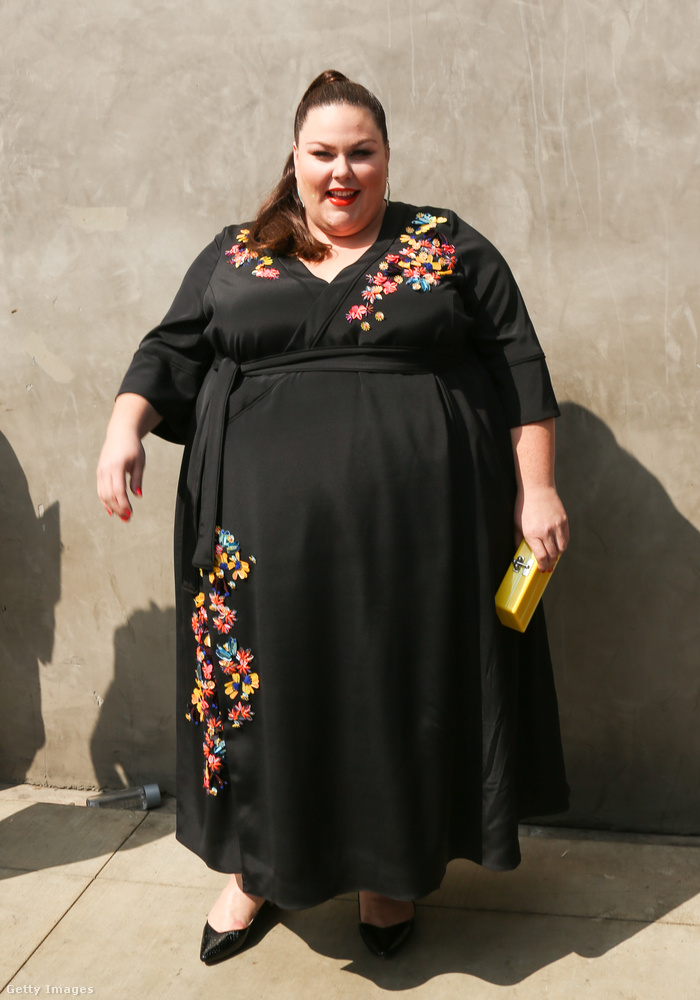 Virághímzéssel díszített fekete ruha Chrissy Metzen a szeptemberi Television Industry Advocacy Awardson.