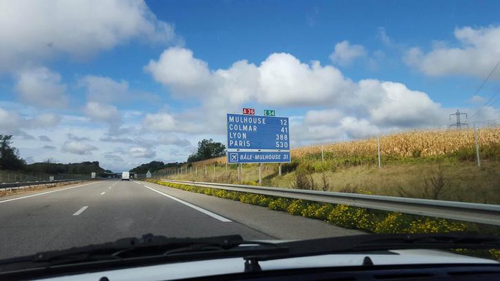 Innen már látszik Párizs - táblákon... Körülöttem az autópályán megszaporodtak a PSA-termékek