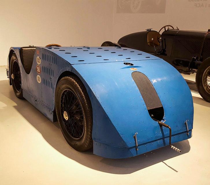 """Ez a Type 32 """"Tank"""" részt vett az 1923-as Grand Prix-n. Ha kellett, 189 km/h-val is repesztett. Jean Bugatti egy szintén """"tank""""-karosszériás Type 57 tesztelése közben lelte halálát egy részeg kerékpáros miatt"""