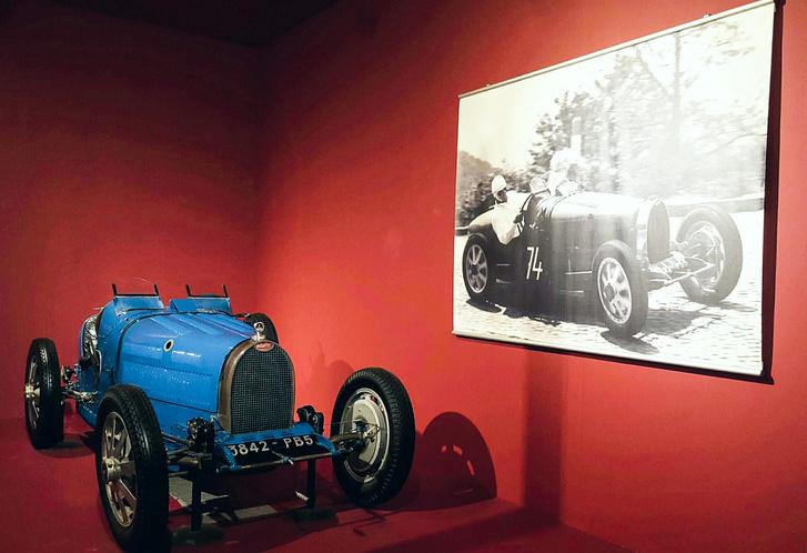 Fritz Schlumpf Type 35B-je. A korabeli fényképen Fritz látható a kiállított autóval, verseny közben. A főnök bizony szerette a sebességet