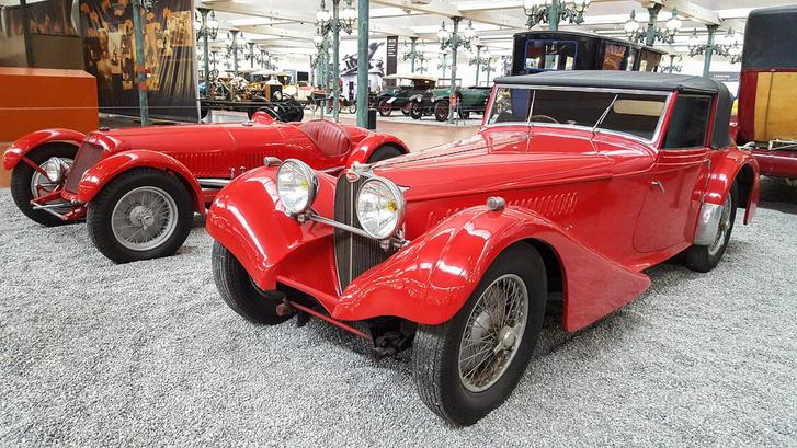 Egy Bugatti Type 57S egyedi, Van den Plas karosszériával. Mellette egy Maserati BS Type 2000, amely a 60-as évekig utcai forgalomban volt, amíg a rendőrség túl hangosnak nem találta