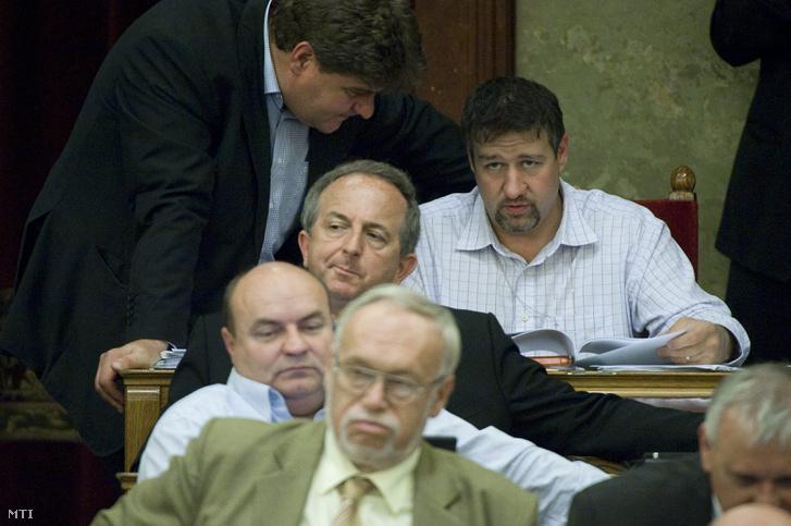 Varga Gábor és Simonka György fideszes képviselők beszélgetnek az Országgyűlés plenáris ülésén 2012. október 1-jén.