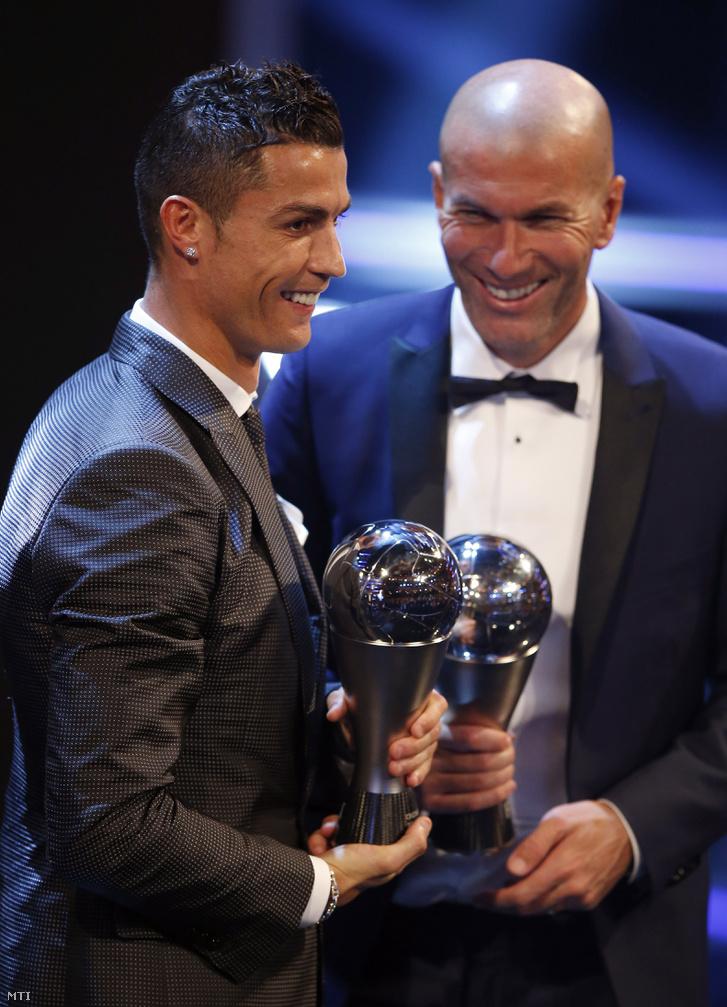 Cristiano Ronaldo, a Real Madrid portugál csatára az év legjobb férfi játékosa, Zinedine Zidane, a Real Madrid francia vezetőedzője az év legjobb férfi edzője díjjal a Nemzetközi Labdarúgó-szövetség, a FIFA díjkiosztó gálaestjén.