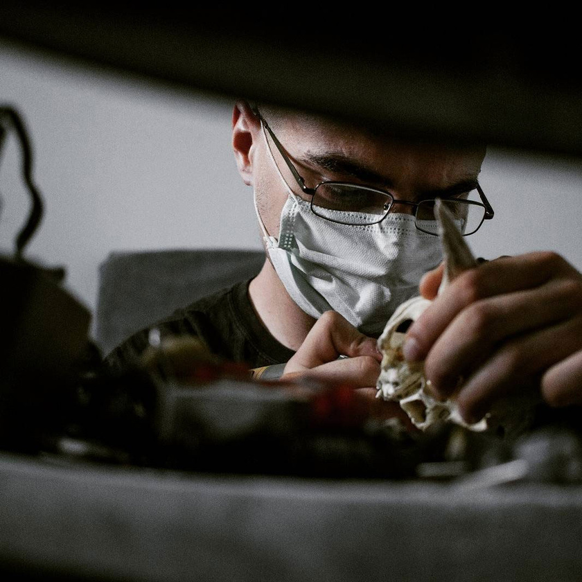 Victor munka közben minden idegszálával a művére koncentrál. Nézd meg, milyen alkotások születnek a keze alatt!
