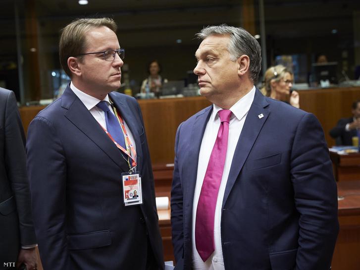Orbán Viktor miniszterelnök (j) és Várhelyi Olivér nagykövet a brüsszeli Állandó Képviselet vezetõje részt vesz az Európai Unió kétnapos brüsszeli csúcstalálkozójának elsõ napi ülésén 2017. október 19-én.
