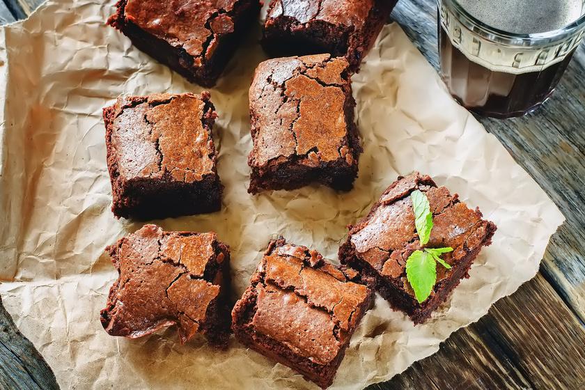 A brownie a csupacsokis sütik királya. Ha beleharapsz, szinte szétolvad a szádban, míg kívül ropogós. Képtelenség elrontani, csak ne süsd túl! Nutellával még csábítóbb.