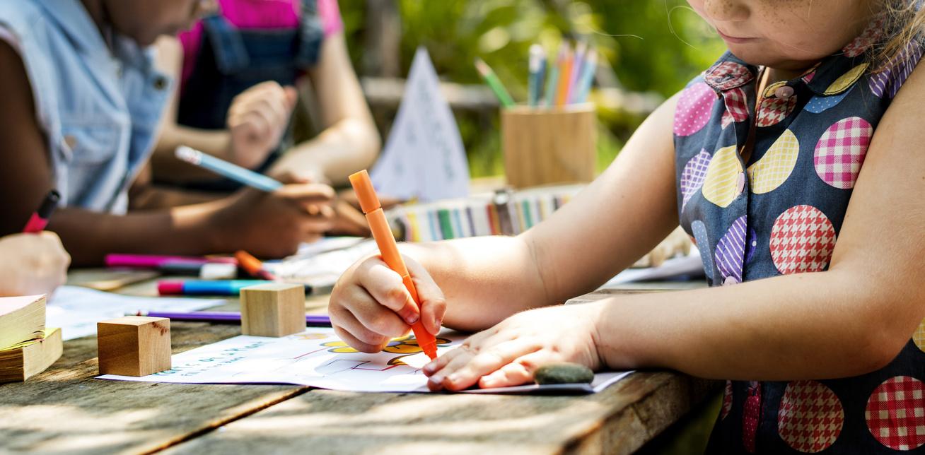 gyerek-rajzol-muveszet