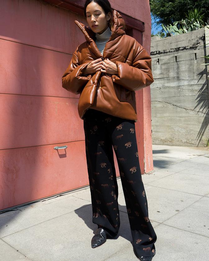 Divatosak a bőrhatású pufidzsekik, például ez a barna darab, amit a Nanushka árul 152.492 forintért.