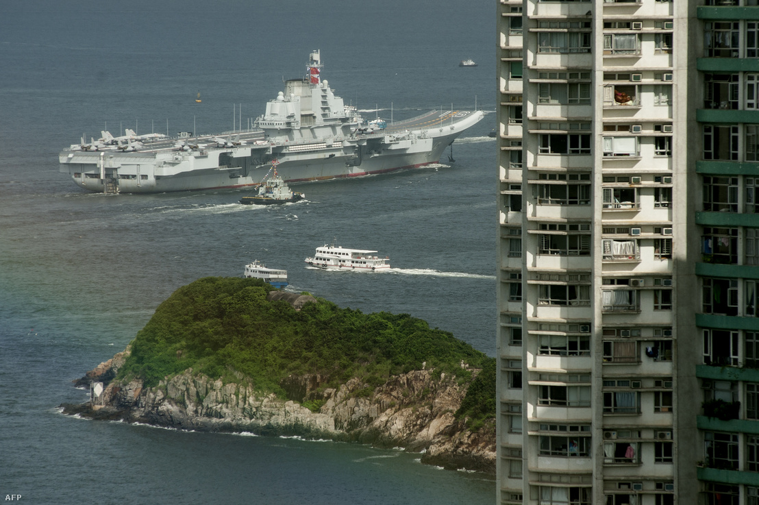 A Liaoning repülőgép-hordózó Hong Kong partjainál