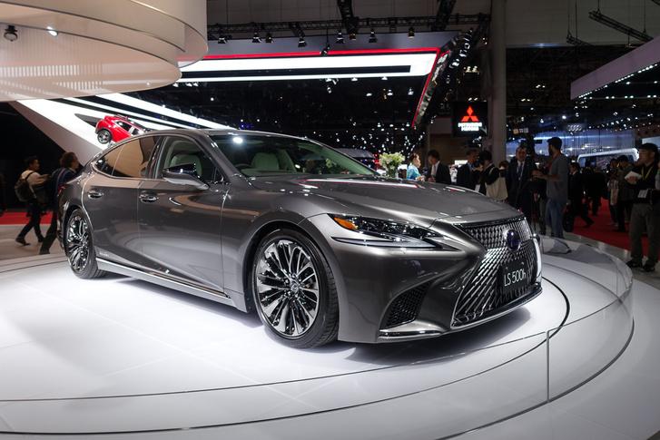 Tokióban mutatták be az új Lexus LS500h-t, benne egy új, V6-os turbós benzinmotorral. További részletek hamarosan, mert holnap menni is fogunk egy ilyen autóval