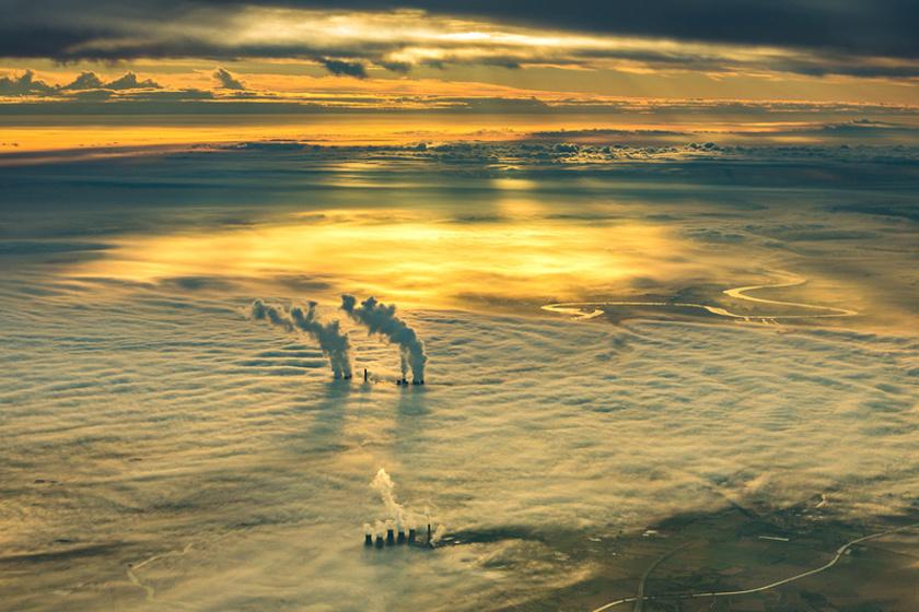 Yorkshire keleti partján az erőmű kéményei kimagasodnak a hajnali ködből. A kapitány akkor kapta lencsevégre a jelenetet, amikor Leedsből egy reggeli járatot vezetett.