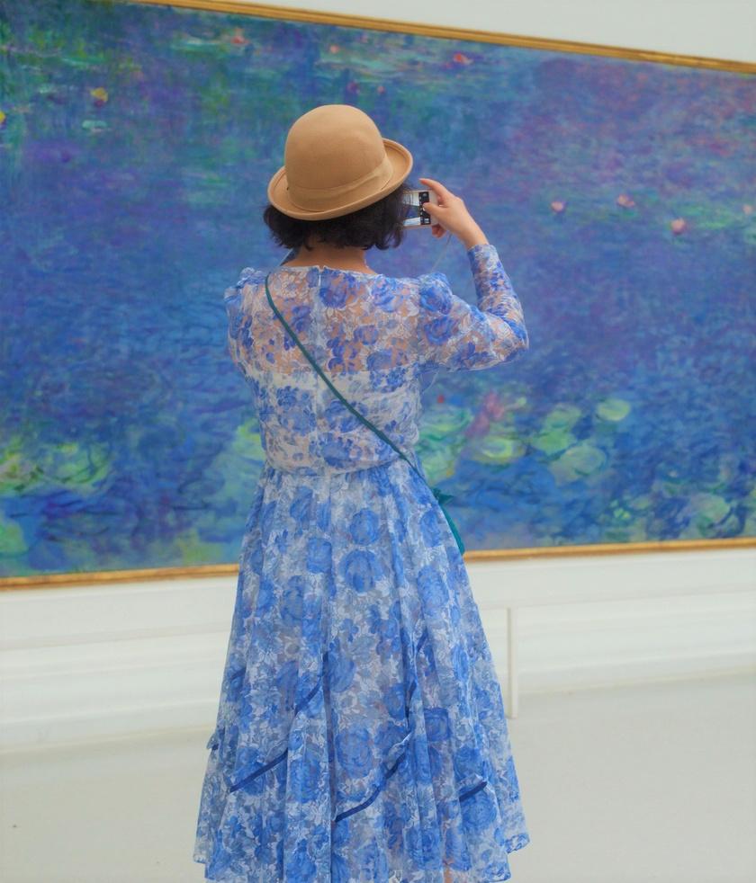 Káprázatos, amikor az élet imitálja a művészetet. Az impresszionista festménybe mimikriként illeszkedik a hölgy ruhájának mintája, és így olybá tűnik, mintha a műalkotás utólagosan betoldott része lenne.