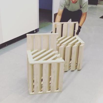 A kaliforniai UCLA egyetem diákja, Miaojie Ted Zhang az egymásba tolható széket gondolta tovább, az eredménynek pedig  a kis lakásban élők örülhetnek a leginkább.