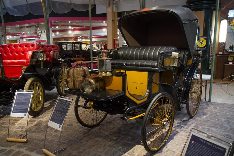 Az első automobilok és a korabeli lovaskocsik gyakran hasonló nevet kaptak, a Type 8-nál ilyen a Victoria.