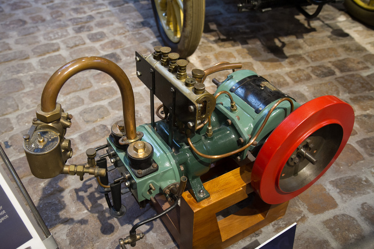A Peugeot-t a kezdetektől foglalkoztatta a saját motor használata