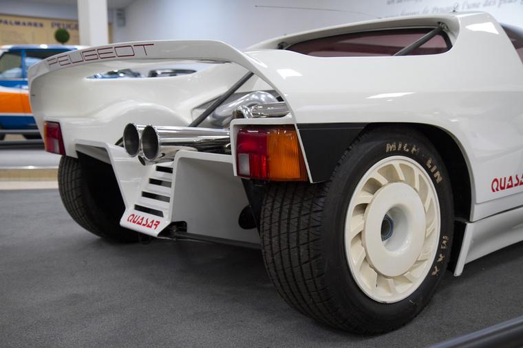 Ha a hátsó lámpába belelátjuk a 205-öst, nem tévedünk nagyot: a géptető alatt is a 205 Turbo 16 motorja kapott helyet.
