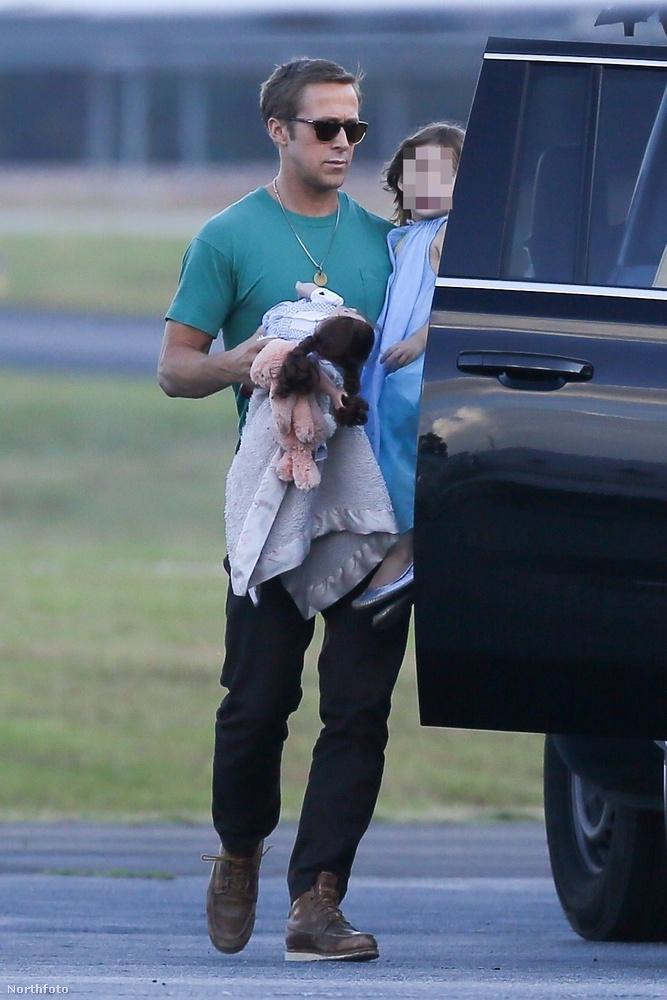 Végezetül hadd mutassunk két közepesen lenyűgöző képet Gosling családjáról, merthogy a pletykák ellenére nagyon jól megvannak gyermekei anyjával, Eva Mendesszel, és nemrég pont lefotózták a családot ide-oda menés közben: a férfi Esmeraldát vitte,