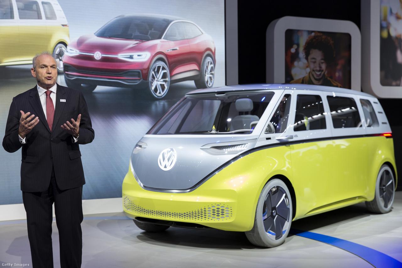 A Volkswagen I.D. Buzz névre hallgató koncepcióautója tagadhatatlanul a legendás hippibuszt, a VW Type 2-t idézi formavilágával. A teljesen elektromos meghajtású, önvezető mikrobuszt (avagy egyterűt) Jürgen Stackmann, az igazgatótanács tagja mutatta be a sajtónak. Ha minden igaz, 2022-ben kapható is lesz.