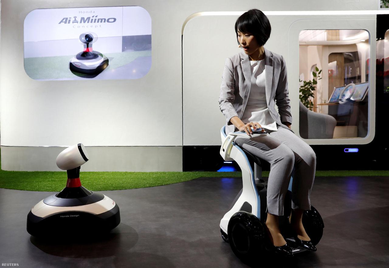 A Honda bemutatott egy elektromos guruló sámlit is: a ChairMobi egérszerű kontrollerrel irányítható.
