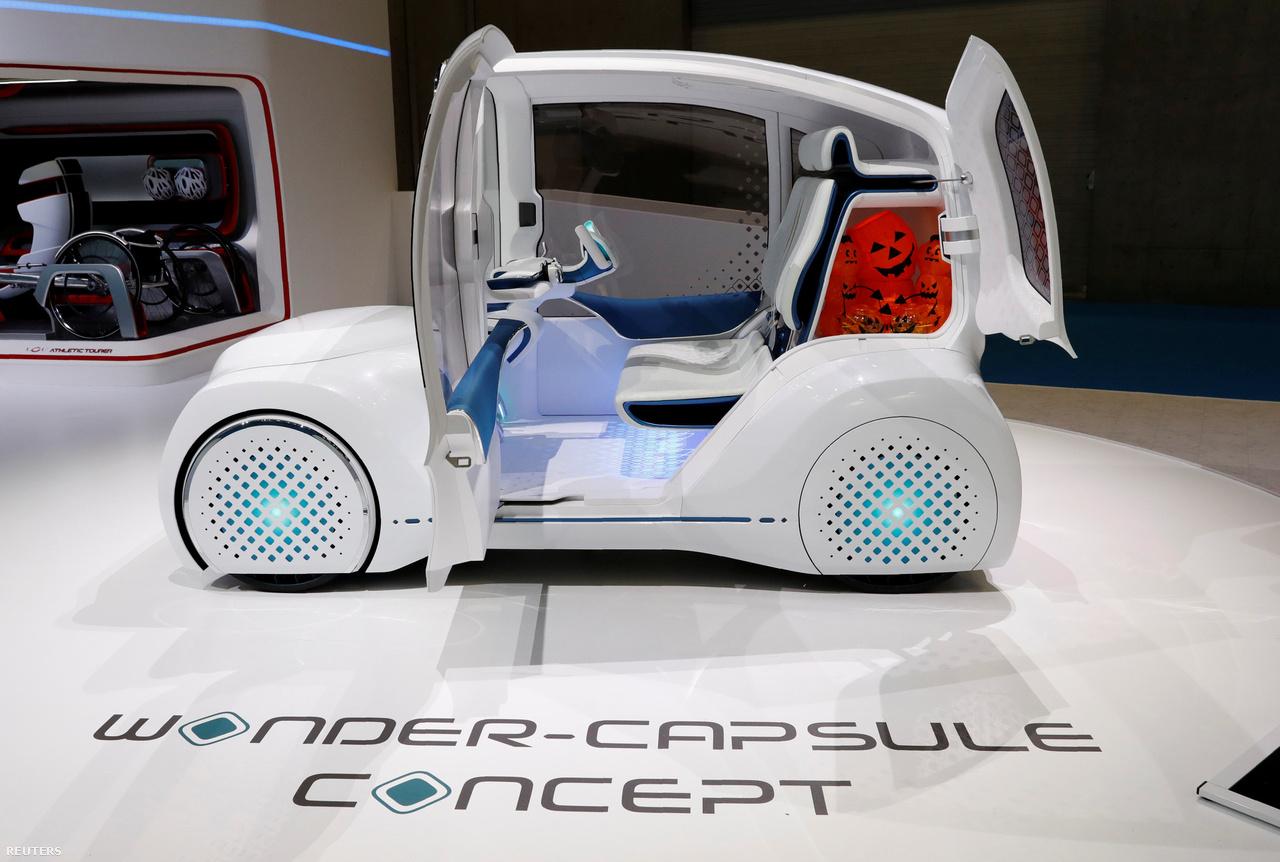 A Toyota nem fogta vissza magát a hazai pályán, bemutatott még egy különös koncepcióautót. A kétszemélyes Wonder-Capsule elektromos autót ugyancsak városi közlekedésre tervezték, egyik érdekessége a sok közül, hogy a műszerfalat a szinte teljesen függőleges szélvédő üvegébe integrálták.