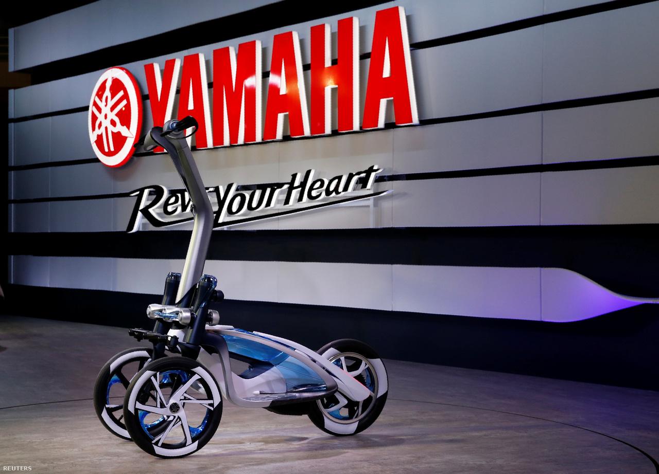 Ez itt a Yamaha Tritown. A könnyű, kompakt elektromos háromkerekűn állva rövid távokat lehet megtenni városi környezetben.
