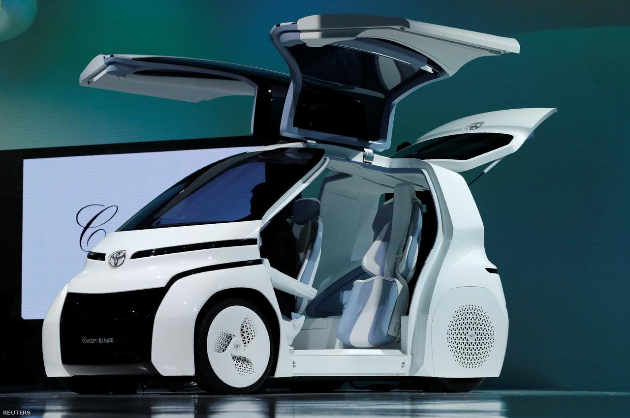 A sirályszárnyas Toyota koncepcióautó egy töltéssel 150 kilométert tud megtenni városban. A vezetőt beépített mesterséges intelligencia segíti a bonyolultabb közlekedési szituációkban, és ha netalán rosszul lenne a sofőr, át tudja venni az irányítást is.
