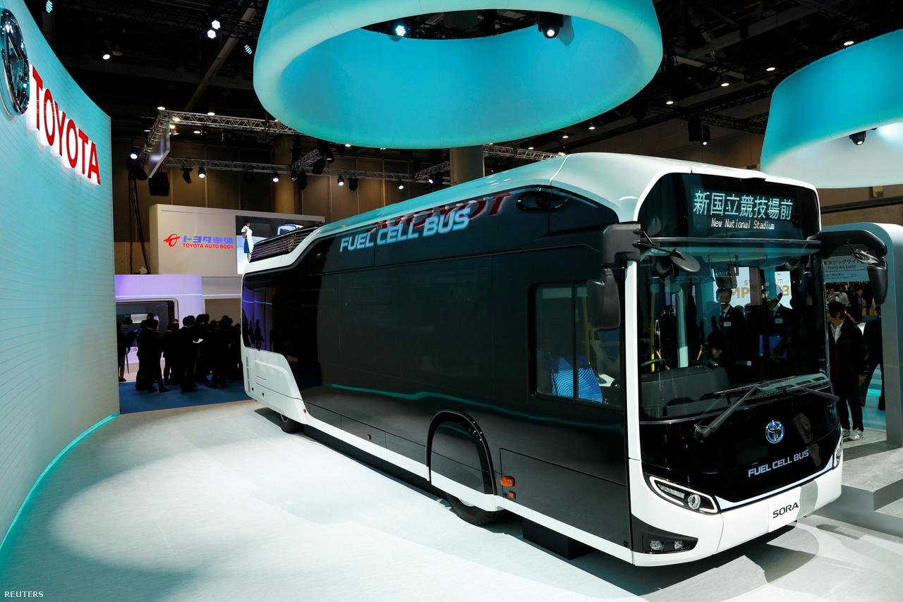 A Toyota megmutatta a Sora névre keresztelt buszát is. Az üzemanyagcellás jármű a jövő tömegközelekdésében kaphat szerepet.