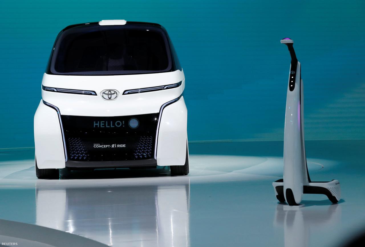 ... ez pedig a kompaktabb, ami mellett feltűnik a Concept-i Walk nevű háromkerekű elektromos rollerszerűség is, ami tulajdonképp az autó tartozéka.