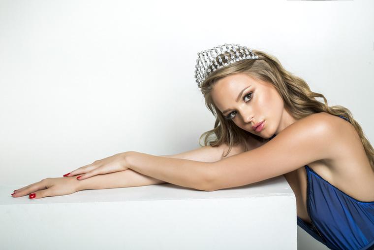 A Miss World Hungary idei győztese, a 20 éves Koroknyai Virág már Sanya-ban (Kína) van, mert november 18-án ott lesz a világverseny