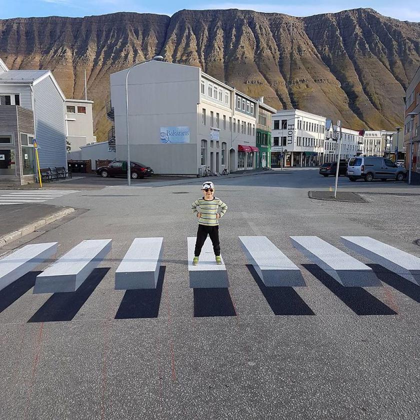 A 3D-s zebra megállásra készteti az autósokat, mert olyan érzetet kelt, mintha akadály lenne előttük.