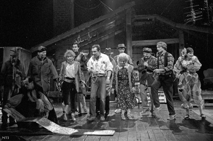 A Presser-Sztevanovity szerzőpáros Padlás című musicaljét próbálják a Vígszínházban 1988. január 21-én.