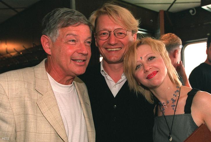 Marton László, Hegedűs D. Géza és Eszenyi Enikő a Vígszínház évadzáró társulati ülésén 2001-ben.